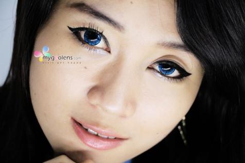 model-memakai-softlens-diva-soul-blue